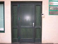 Масивна дървена входна врата