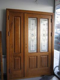 Масивна входна врата с витражен стъклопакет