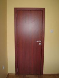 Ламинирана итериорна врата по поръчка в цвят махагон