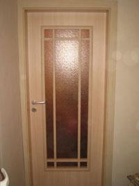 Поръчкова ламинатна интериорна врата от бяло дърво с остъкление