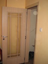 Нестандартен проект за ламинирана врата от светло дърво