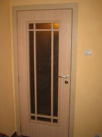 Бяла остъклена ламинатна врата по клиентски проект