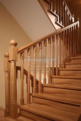 парапет за стълби от дърво